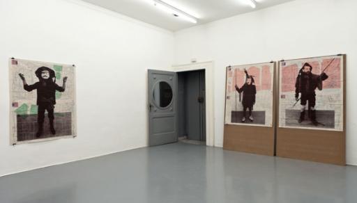 Galleria Fonti SEB PATANE – Entrano il Coro e gli  Attori